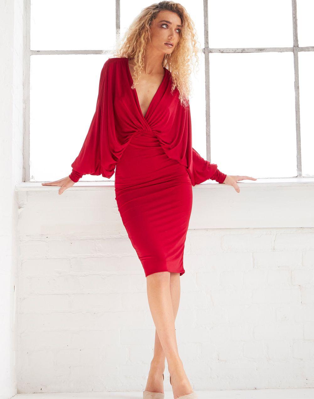 2b516e93bf Impresionante vestido rojo de corete midi con mangas murciélago. Vestido de  fiesta de corte midi