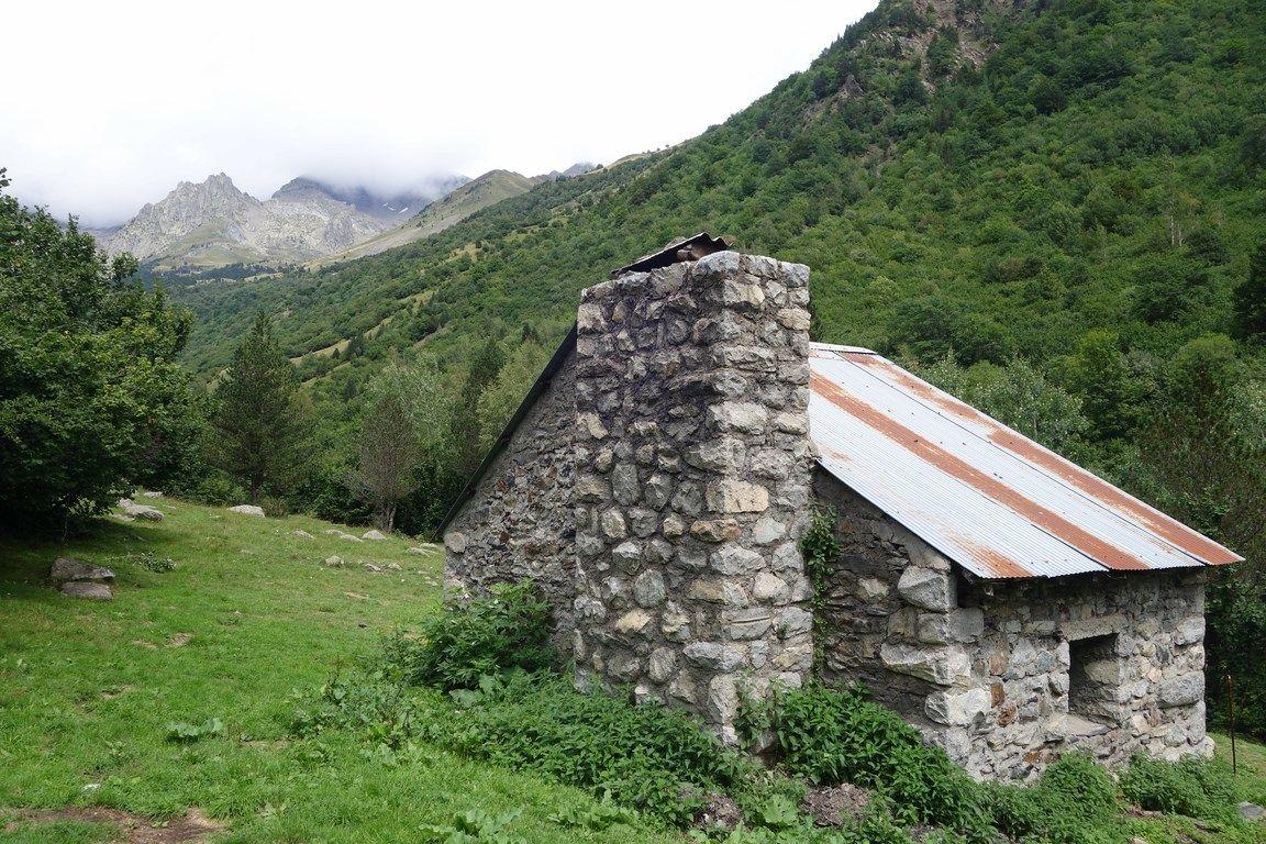 Cabaña de Santa Ana (1490 metros). Al fondo, el macizo del Perdiguero (3219 metros)