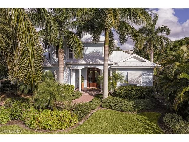 336 5th St N Naples Fl 34102 Centrally Located On A Quiet Street Within Olde Naples This Old Florida Style Home Is In C Florida Florida Style House Styles