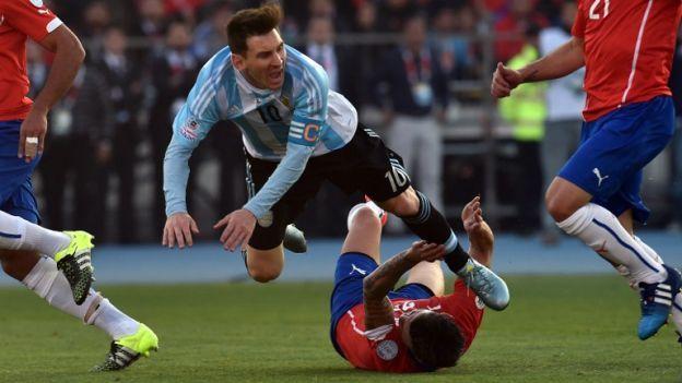 Chile vs. Argentina: familiares de Lionel Messi fueron agredidos en tribuna. July 04, 2015.