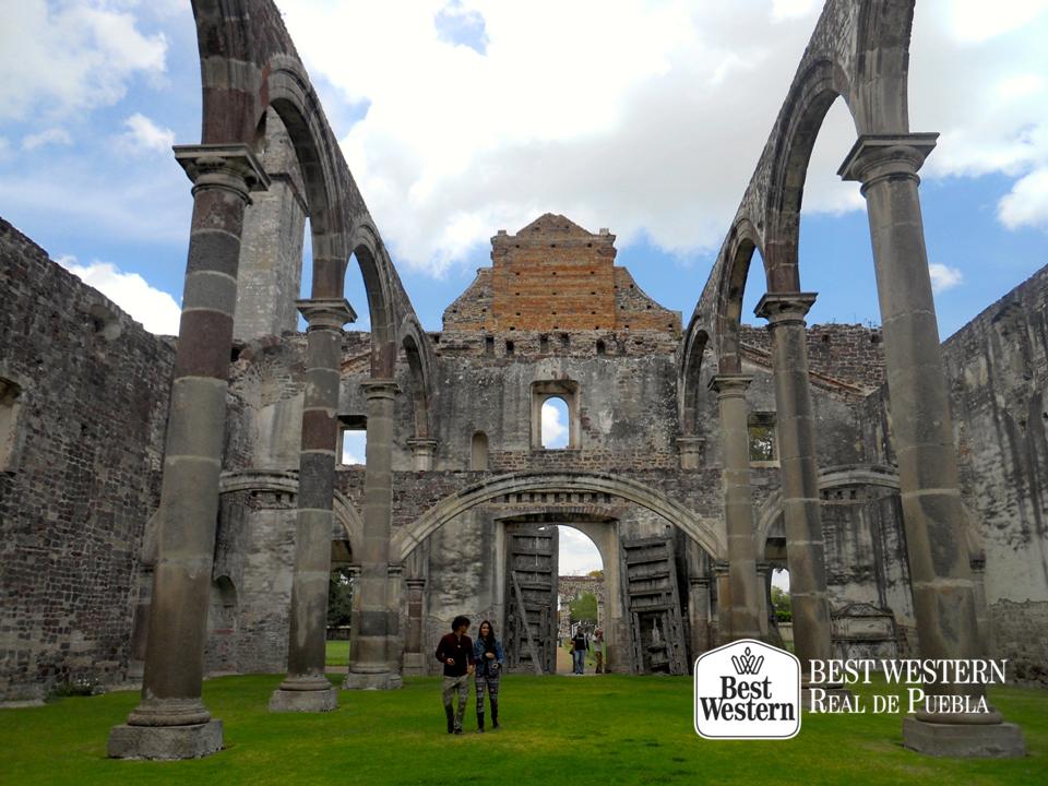 EL MEJOR HOTEL EN PUEBLA. Entre 1569 y 1579, se construyó el Convento Franciscano de Tecali y aunque se encuentra en ruinas, está considerado como un monumento. En Best Western Real de Puebla, le invitamos a visitar este lugar resguardado por el Instituto Nacional de Antropología e Historia. #bestwesternhotelrealdepuebla