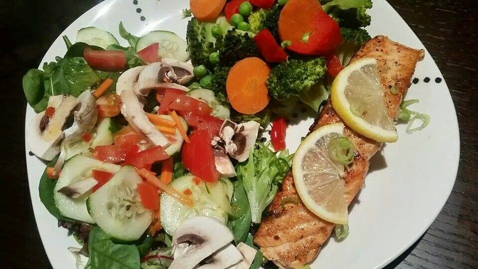 Delicious low carb meal. Salmon, huge salad and veggie mix