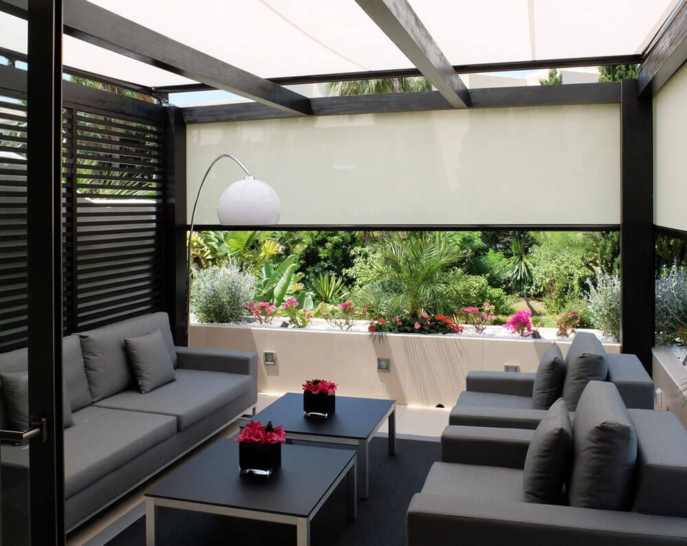 Coberti porche de madera acondicionado con pared de for Jardin al aire libre de madera deco