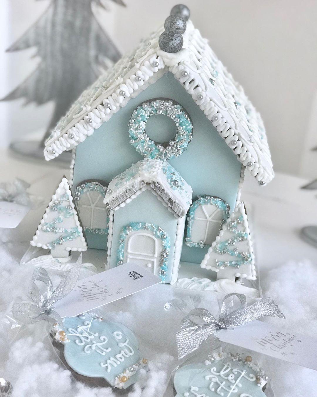 """Bella's Bakery on Instagram: """"#christmasiscoming  #christmasgiftsideas Anche quest'anno tornano le nostre casette in pan di zenzero. Da prenotare entro il 10 Dicembre. .…"""""""