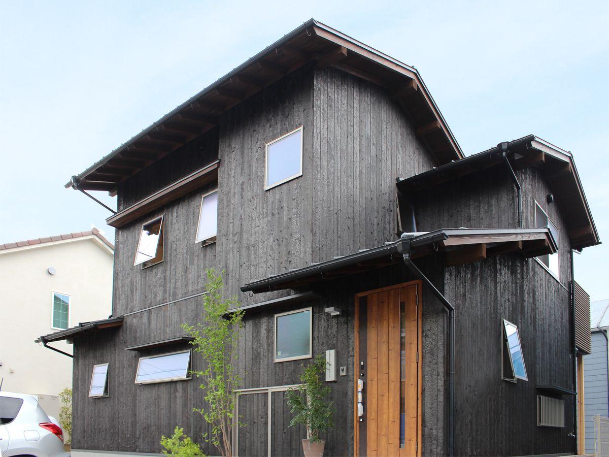 松が丘の家 素焼きの焼板はいぶし銀のような 本物 の質感が