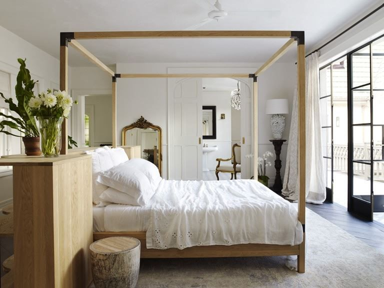 Soothing Love The Bed Floating In The Center Of Room Bedroom