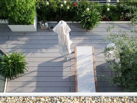 Sommerküche Auf Terrasse : Aufsicht auf terrasse mit extrabreiten grauen wpc terrassendielen