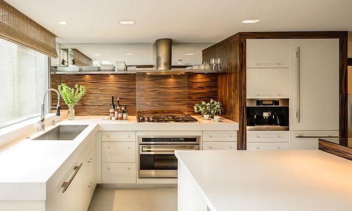 modele de cuisine blanche avec credence cuisne bois marron meubles blancs et lectromnager inox