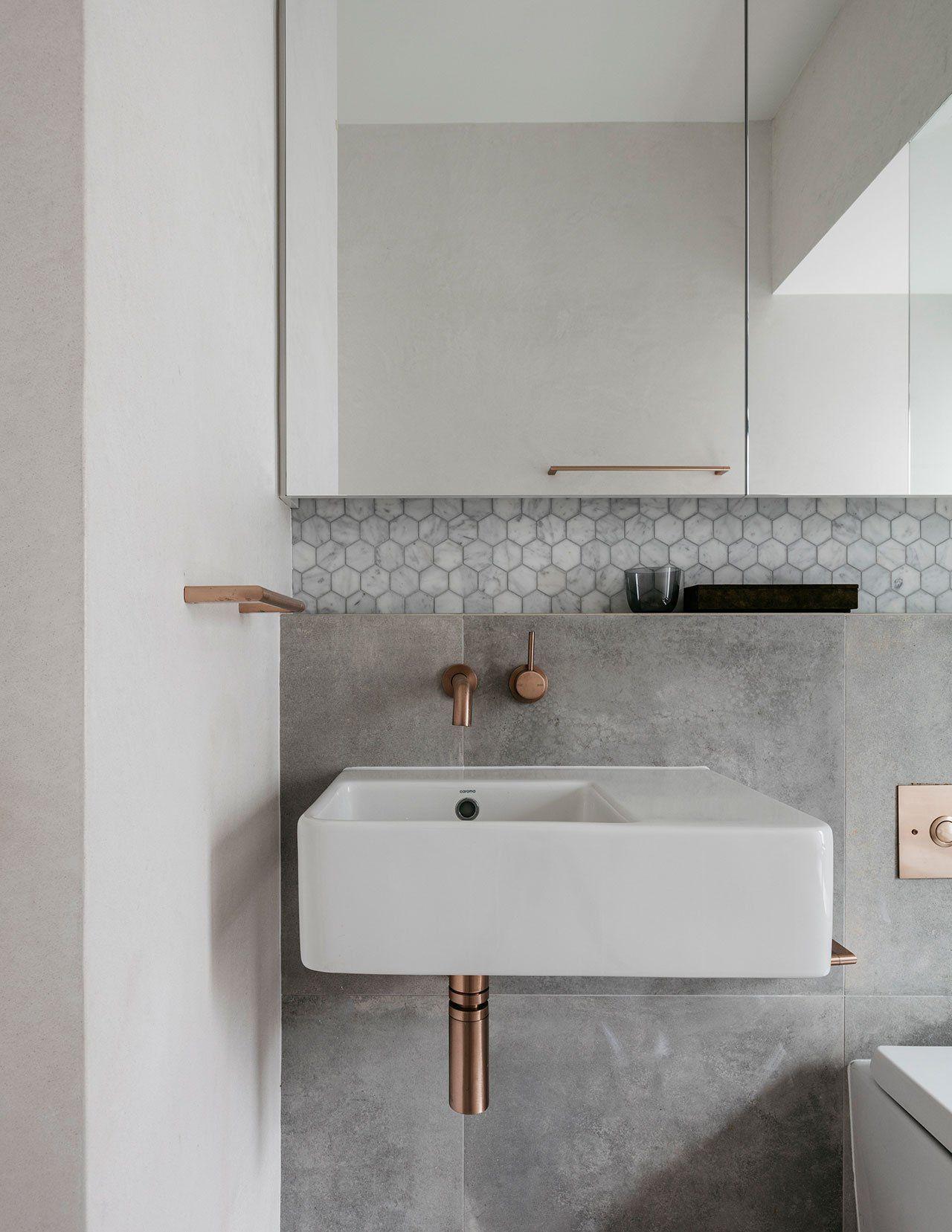 Deze mooie kleine badkamer is ontworpen met oog voor detail ...