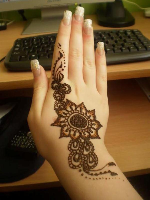 Cute Henna Design on Hand for Eid