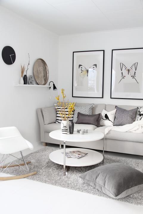 Joli salon blanc et gris avec table basse ronde