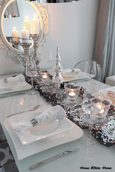 White & silver Christmas tablesetting.