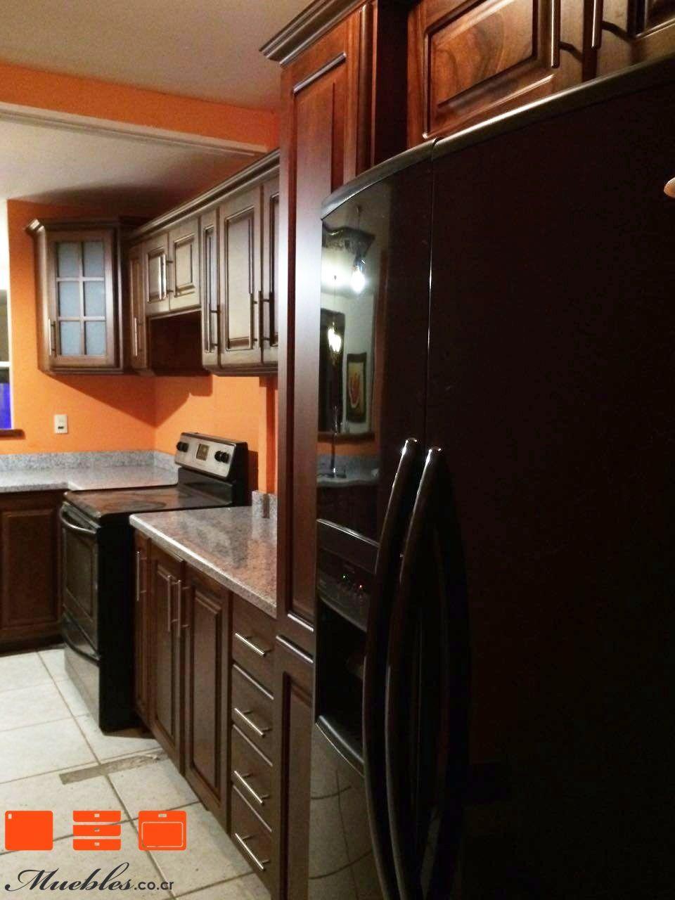Mueble de cocina con cocina, refrigerador y pileta empotrados ...