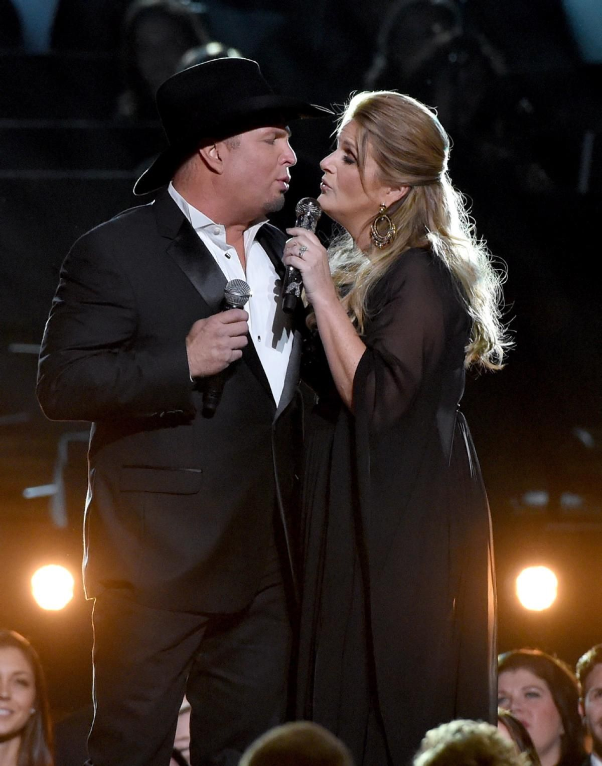 Garth Brooks and Trisha Yearwood get close on stage as