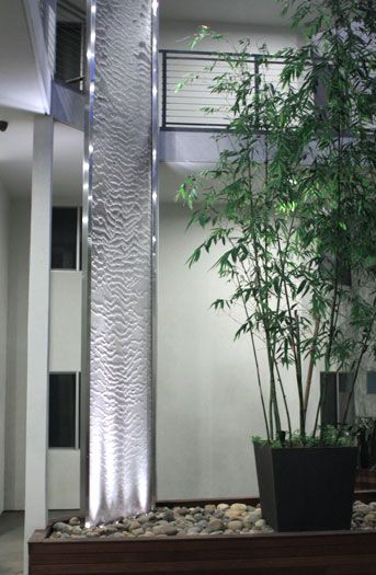 Water veil in a residential courtyard i looove modern for Cascadas artificiales modernas