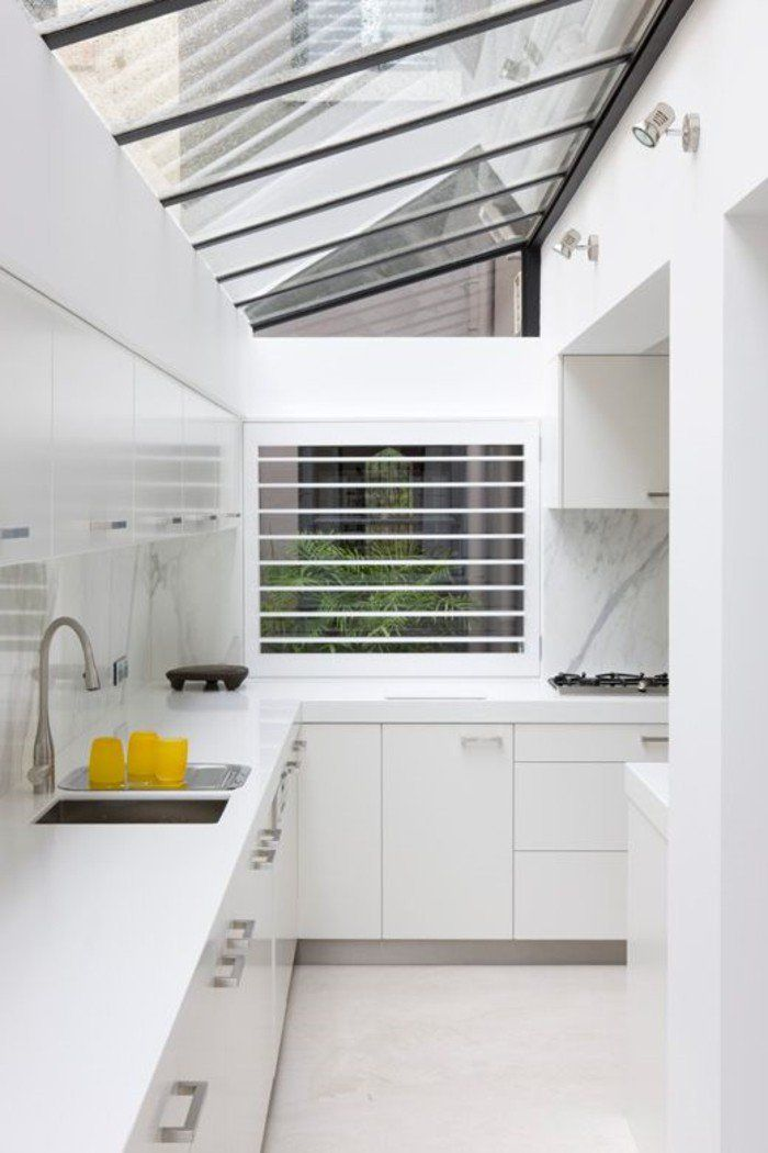 Jolie cuisine avec verri re de toit et meubles en bois blancs serres verri res jardins d - Verriere jardin d hiver ...