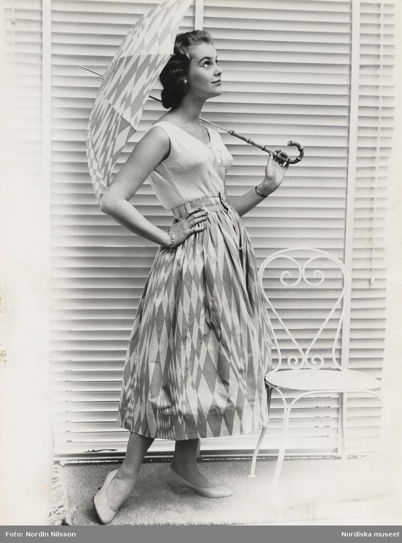 cc9d395db3ef Modell i vitt linne, kjol och paraply i Gråstens-mönster, vid en stol. Tyget  heter
