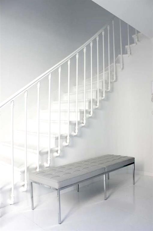 All-white stair case | Cage d'escalier toute repeinte en blanc