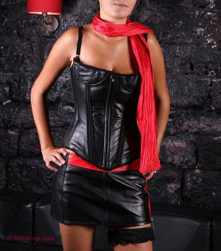 élégante et sensuelle en cuir rouge et noir