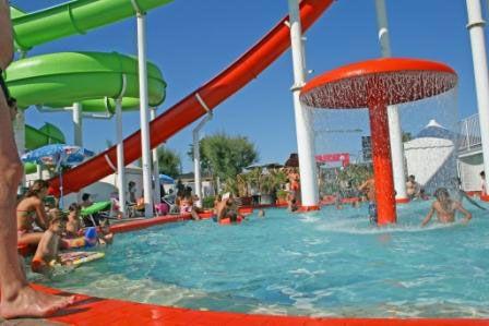 Giochi d'acqua al Beach Village di Riccione. Sole, Piscina