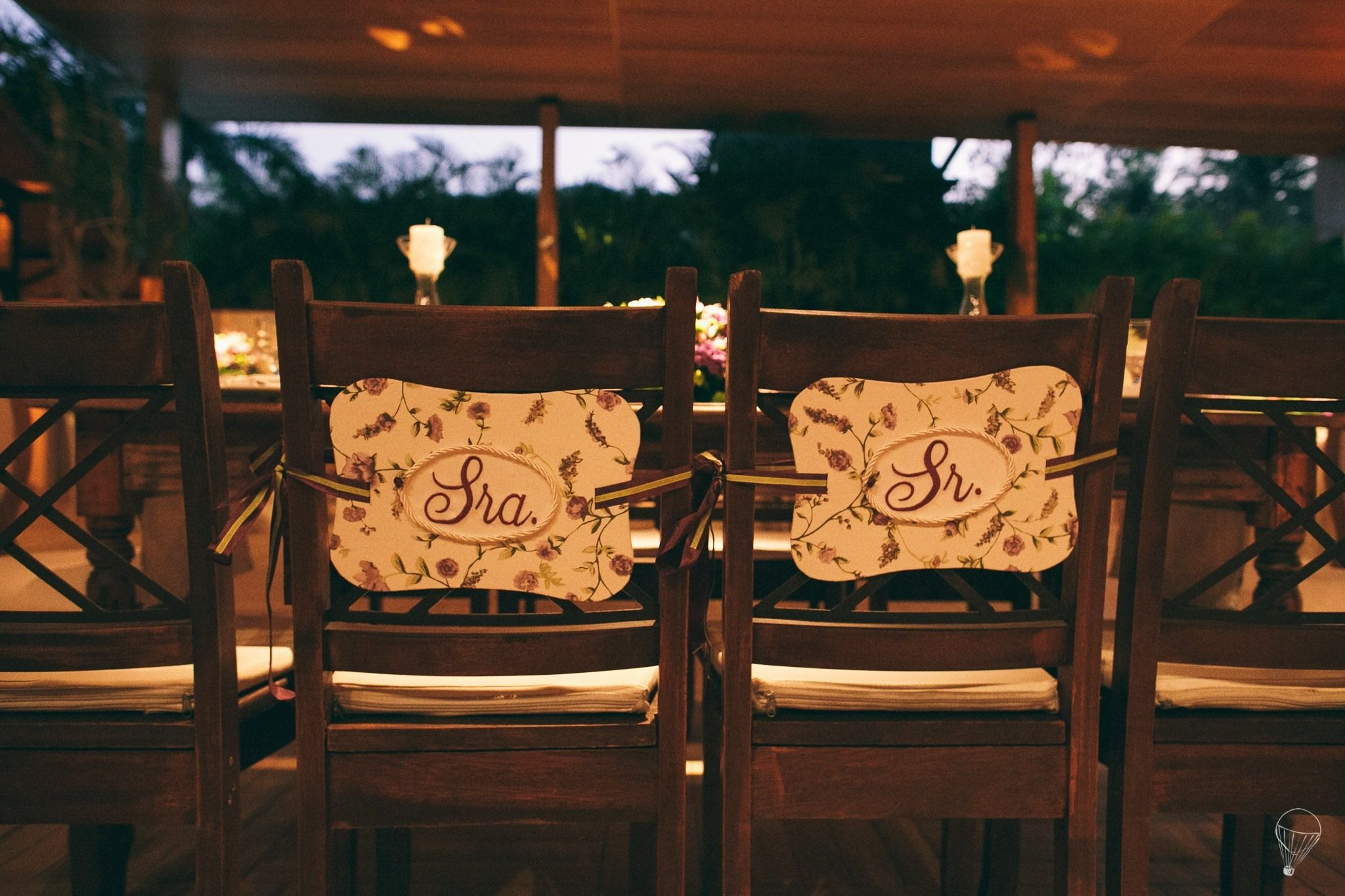 Placa Sr. e Sra. para pendurar nas cadeiras dos noivos.Toda forrada em tecido. Peça um orçamento: ateliesonhodecaixa@gmail.com