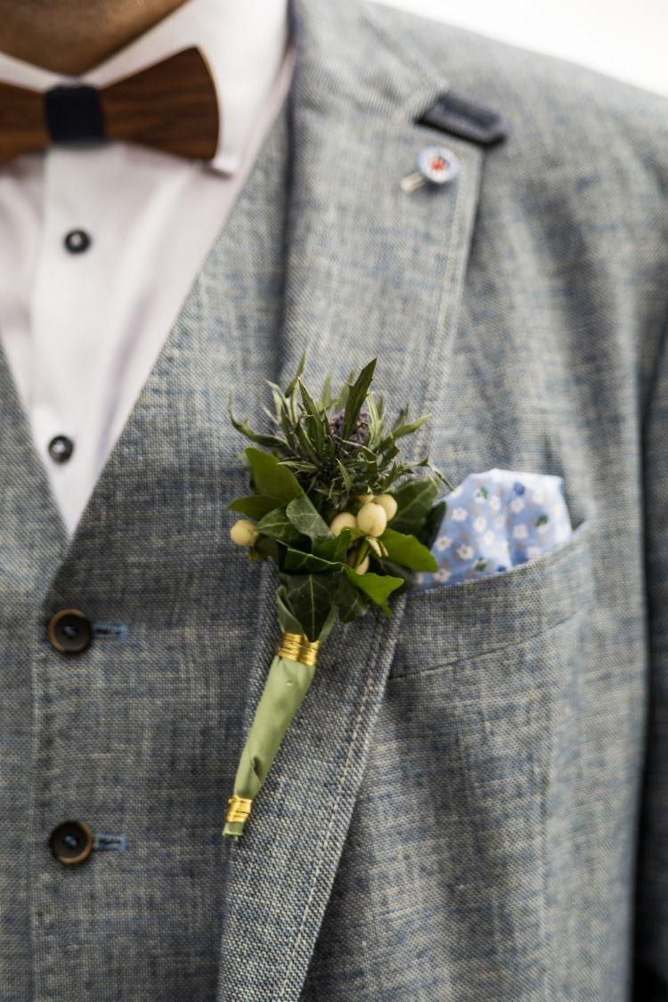 Ein Ganz Zarter Ansteckstrauss Bei Einer Hochzeit Auf Der Alpe Hohenegg Hochzeitsfotograf Allgau Fotograf Allgau Berghochzeit Hochzeitsfotograf Hochzeit