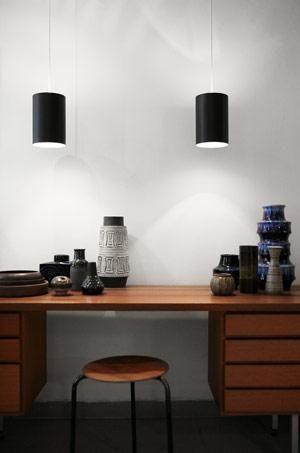 """Rikke Munk Harboe fra butikken """"To Trin Ned""""'s eget hjem. Her ses keramik i masservis fra 50'erne og 70'erne."""