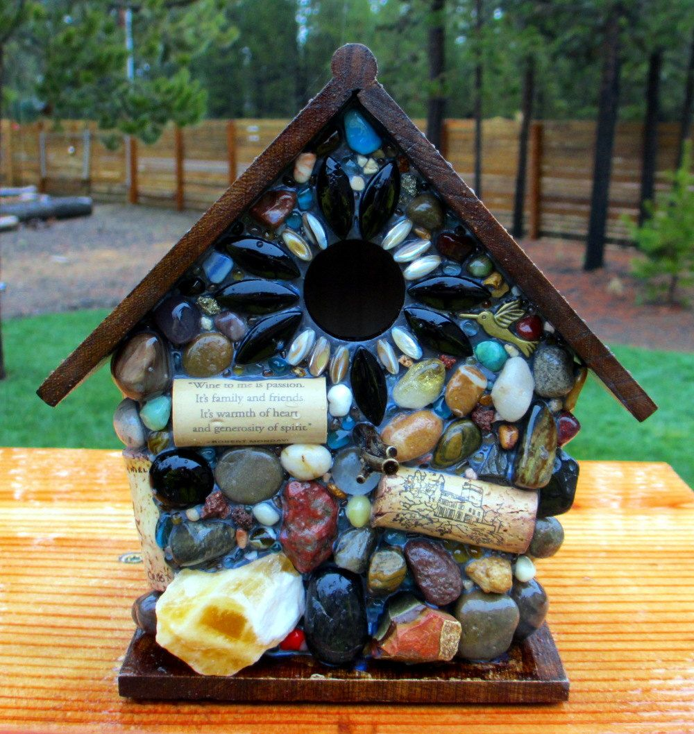Mosaic birdhouse with wine corks and humming bird home for Garden design ideas cork