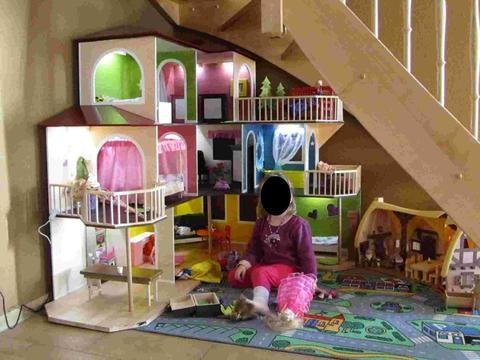 maison de barbie faite main l 39 espace sous l 39 escalier est. Black Bedroom Furniture Sets. Home Design Ideas