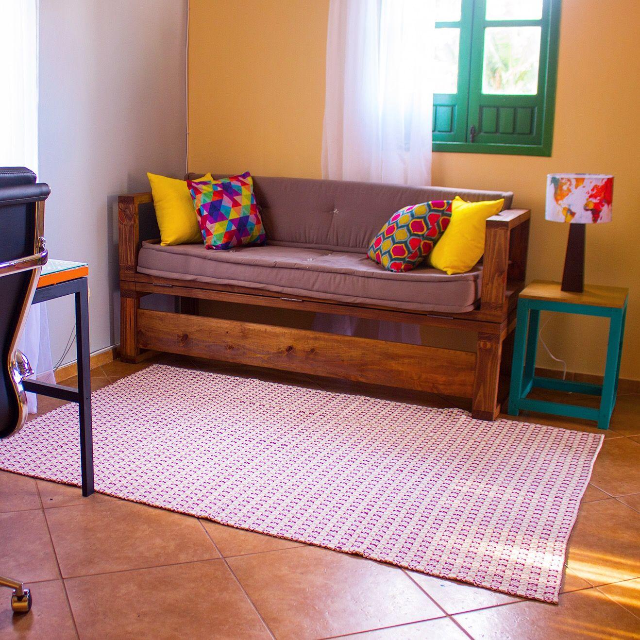 DIY - Sofá cama de madeira ❤❤❤ Tá precisando de um uma cama ou assento  extra por aí  Que tal aprender a fazer esse sofá  Veja o passo a passo  completo lá ... 88b5462c49