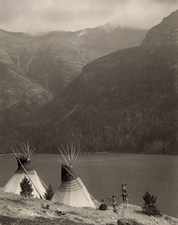 Paradis perdu, 1920 Des tipis indiens Blackfeet au bord du lac St-Mary, dans le Glacier National Park (Montana) ; arrière-plan, la montagne Red Eagle. Pour eux,l'endroit était un lieu de prédilection pour la chasse. Il a été classé parc national en 1910.