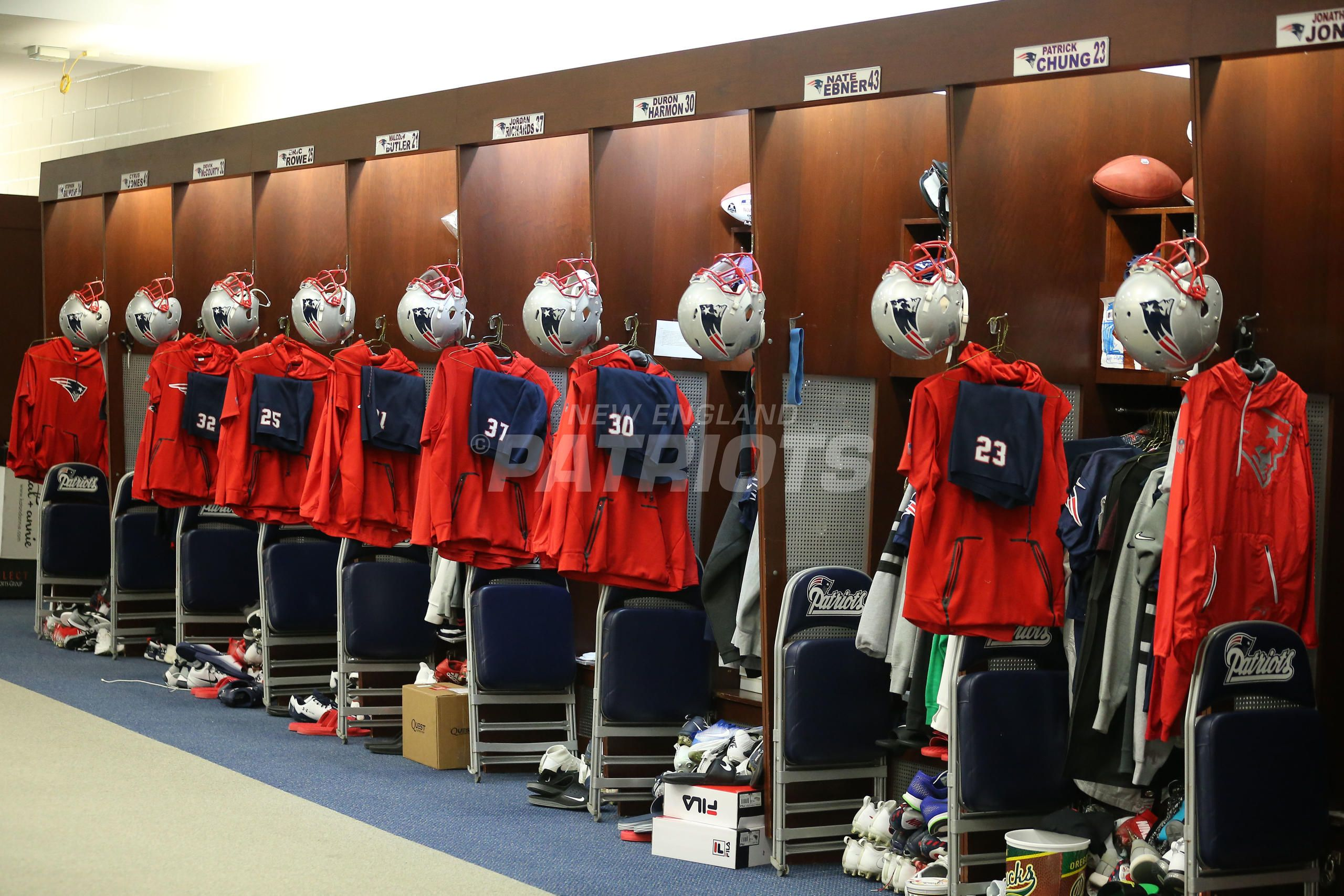 Pregame Inside The Patriots Locker Room And Player Arrivals 12 31 Locker Room Lockers Patriots