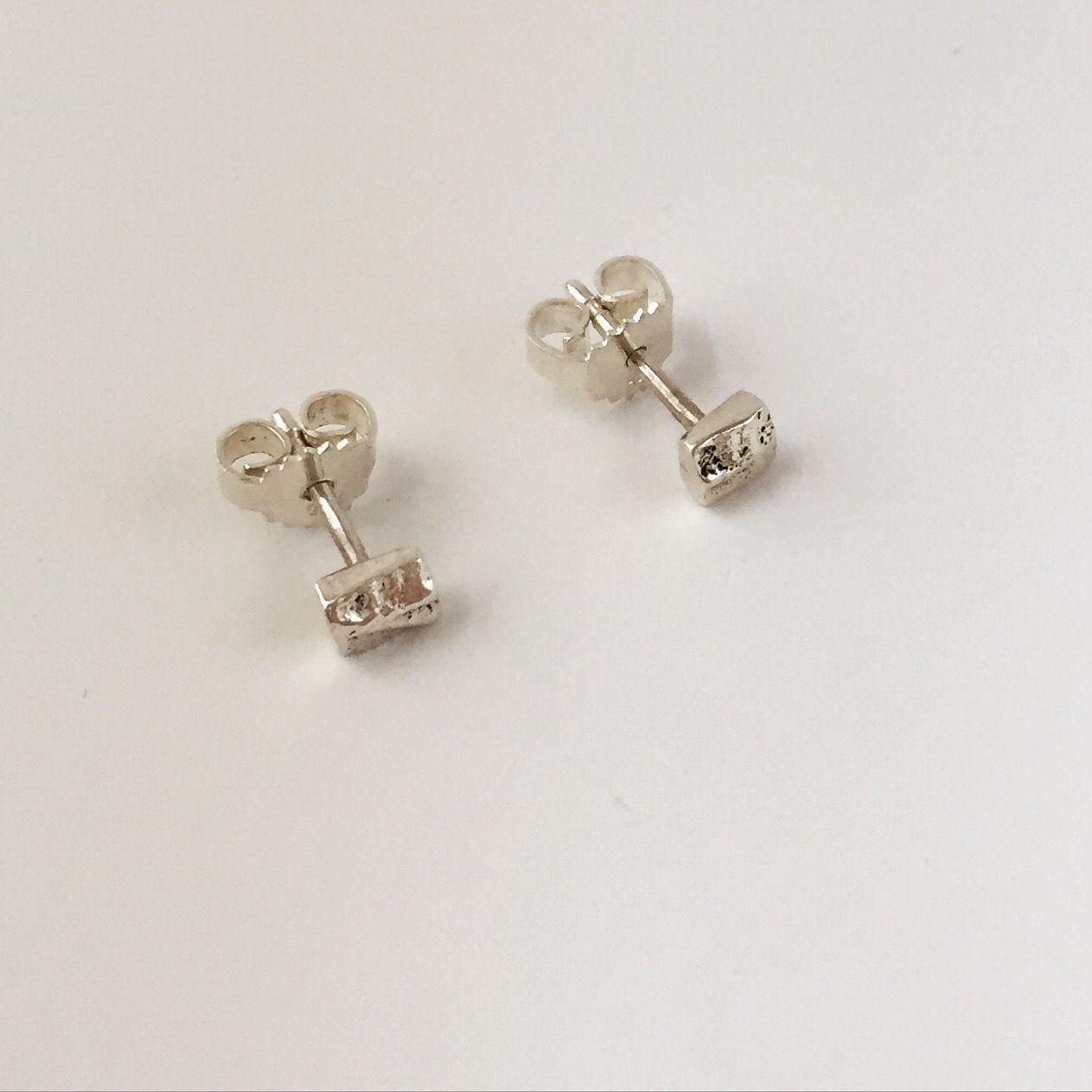 Zilveren oorknopjes. Techniek: gieten
