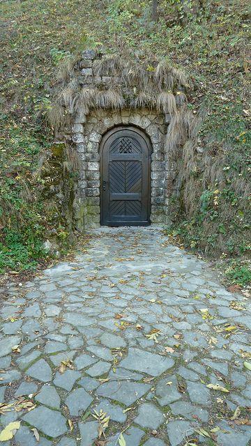 puerta secreta, el Castillo de Bran, Rumania. Una puerta bajo la montaña sobre la que se asienta el Castillo de Bran, el hogar de Vlad Tepes, más conocido como Drácula.