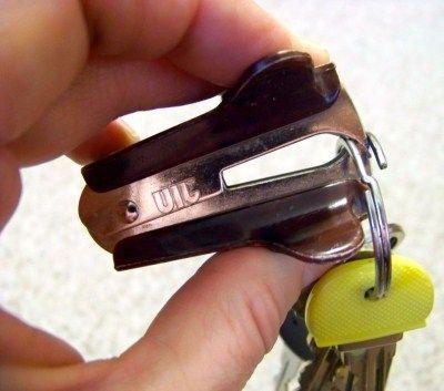 5 – Abrir a argola da chave com um extrator de grampo Não precisa quebrar a unha ou machucar o dedo para realizar uma tarefa tão simples.