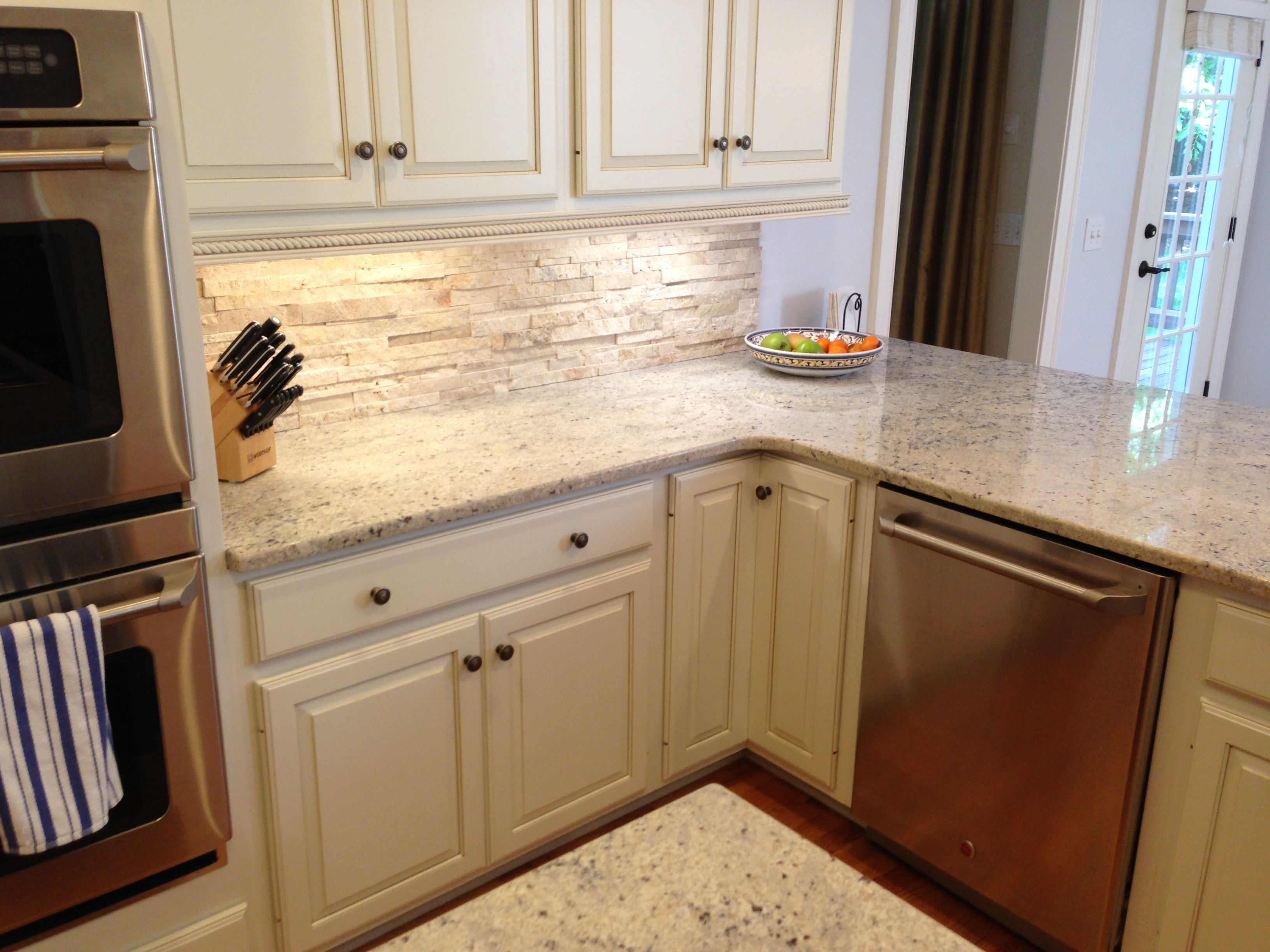 Travertine Backsplash With Bone White Cabinets Amp Crema