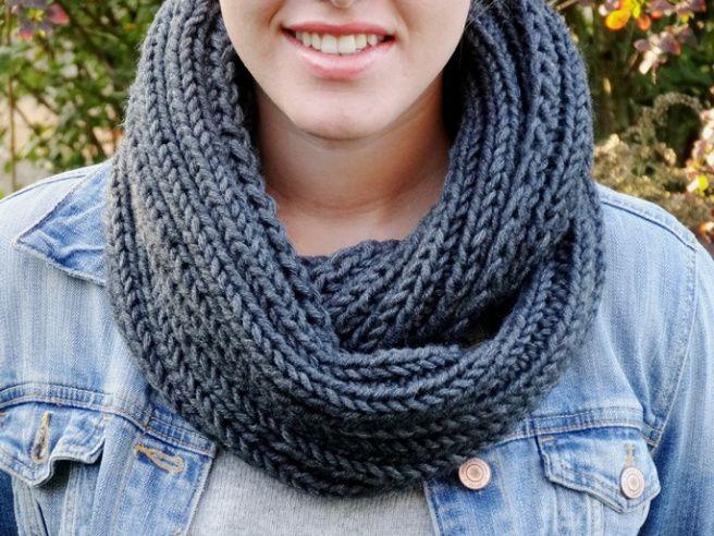 Photo of Anleitung: Einfachen grauen Loop-Schal stricken