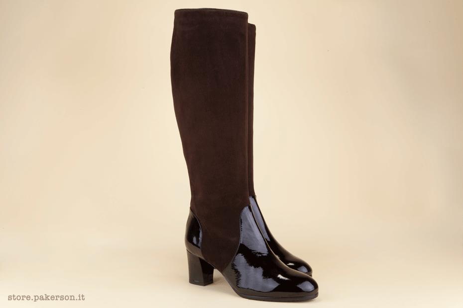 Women's duo-tone, two-material knee-high boot in black patent leather with dark brown suede inserts. - Stivali donna sotto il ginocchio, bi-colore e bi-materiale, realizzati in vernice nera e riporti in camoscio color marrone testa di moro.
