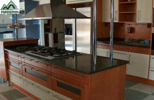 Hermosa cocina entragada, acabado en Caoba, con cubierta de granito negro