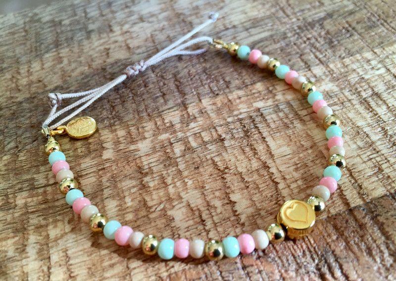 Armb nder perlen armband bunt pastell mit herz gold ein designerst ck von sanilou bei - Perlenarmband basteln ...