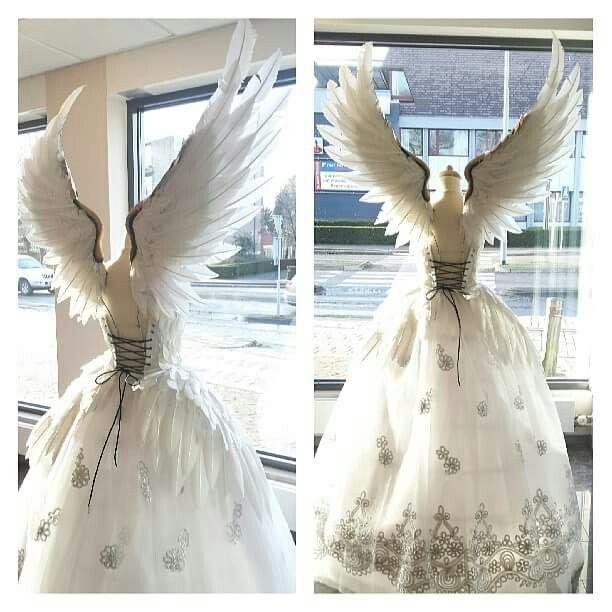 Vestido com asas de anjo.
