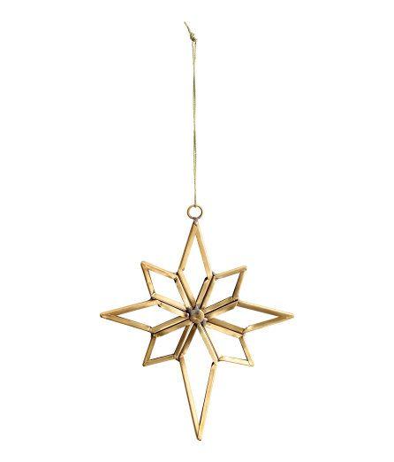 Check this out! Een stervormige kerstdecoratie van glas met een metalen frame. De decoratie heeft een metalen oogje met een ophangkoordje boven. Afmetingen 13x16 cm. – Ga naar hm.com om meer te bekijken.