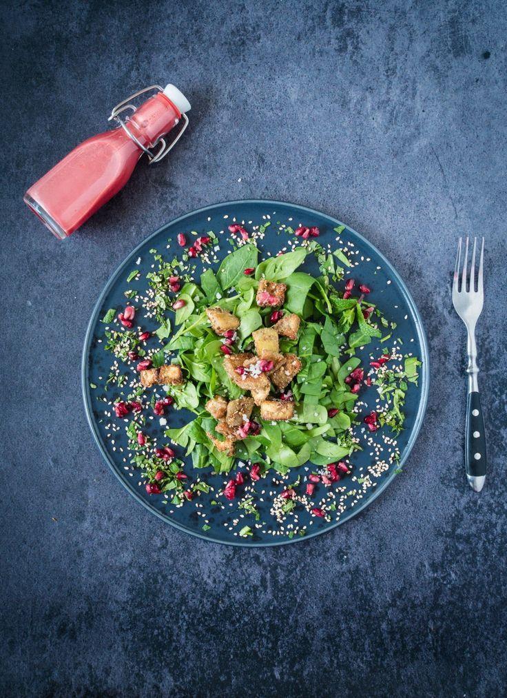Salat mal anders. Glutenfrei gebackene Aubergine auf Babyspinat mit fruchtigem Granatapfeldressing. Mein Happy Food!