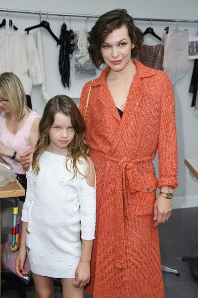 Milla Jovovich Photos - Milla Jovovich (R) and her daughter attend the Chanel Haute Couture Fall/Winter 2016-2017 show as part of Paris Fashion Week on July 5, 2016 in Paris, France. - Chanel : Front Row - Paris Fashion Week - Haute Couture Fall/Winter 2016-2017