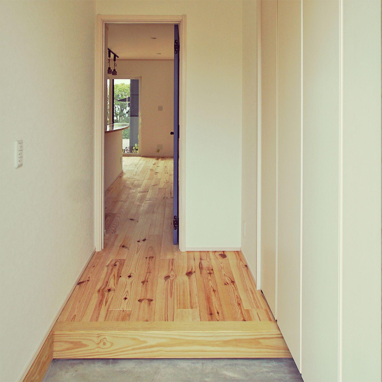 ブルーのリビングドアを開けると感動 吹抜けリビング階段で家族が