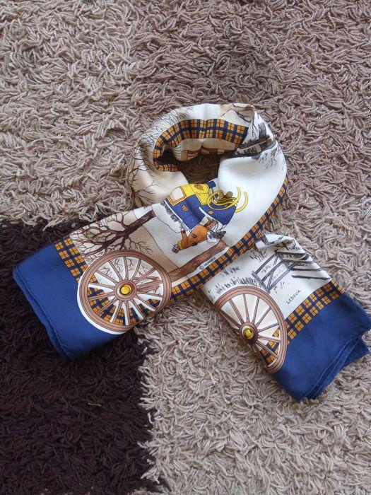 En ce moment aux enchères  Catawiki  Hermès - foulard vintage ... afb08ad1469