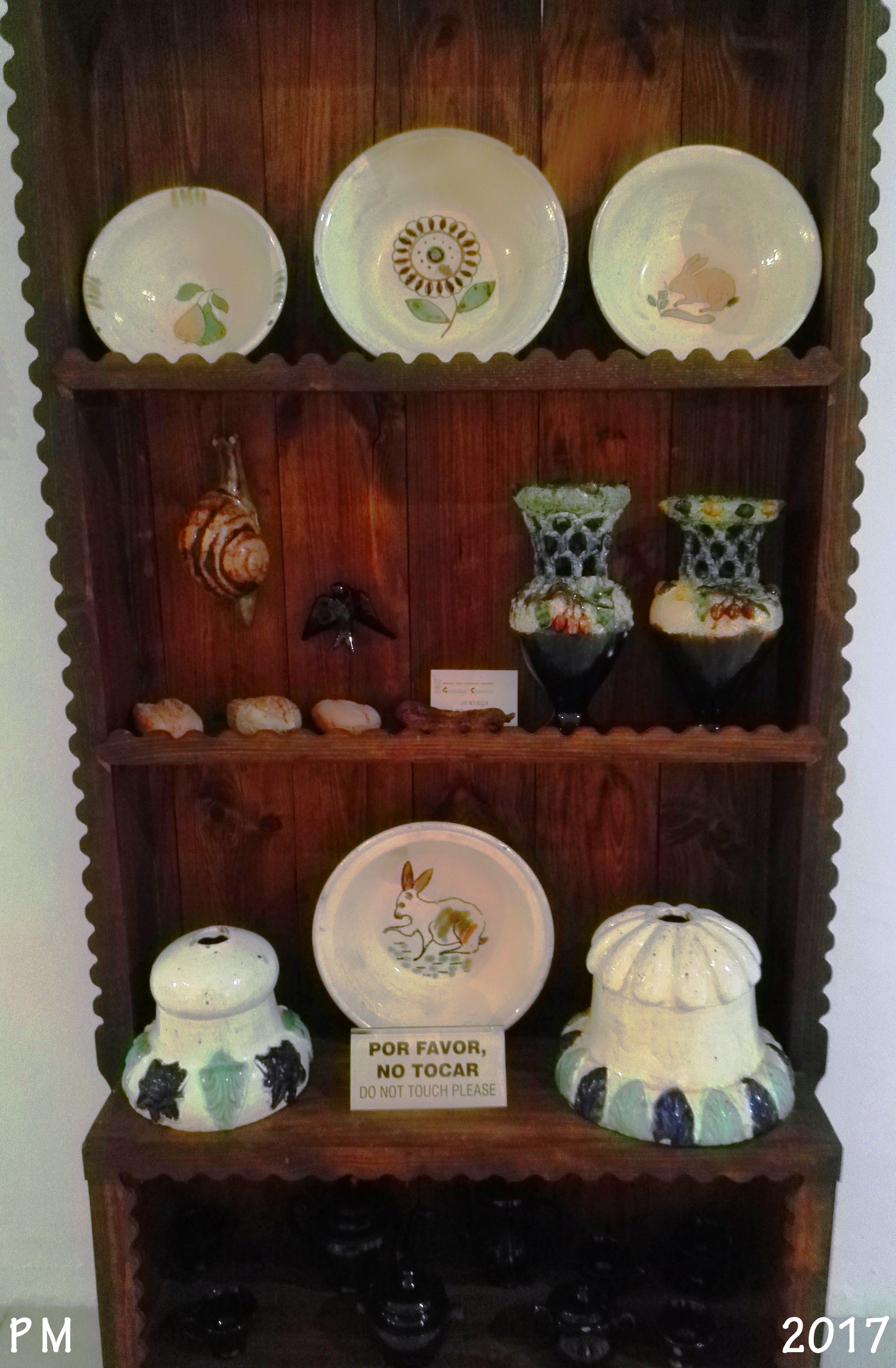 Cerámica popular. Colección de bellas piezas de cerámica, ánforas, caracoles,platos, cuencos o palanganas, etc. Popular ceramics. Collection of beautiful pieces of pottery, amphorae, snails, plates, bowls or basins, etc.