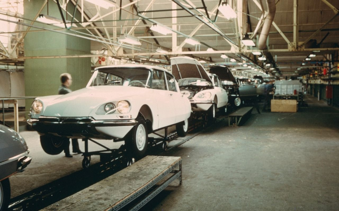 1969 Citroen DS assembly line my other blogs: www.german-cars-after-1945.tumblr.com & www.japanesecarssince1946.tumblr.com & www.femboysandmore.tumblr.com (NSFW)