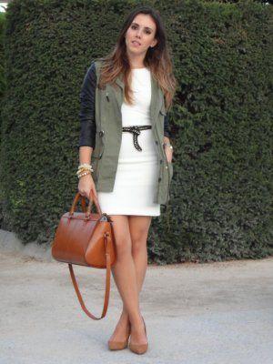 Vestido blanco con zapatos camel