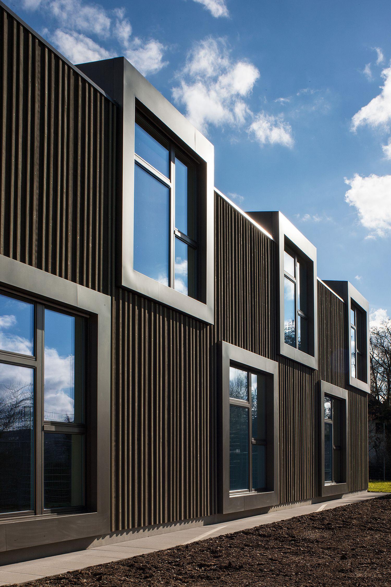 Schulhaus mit Holzbaufassade und Doppelkindergarten in Sisseln     – Architektur